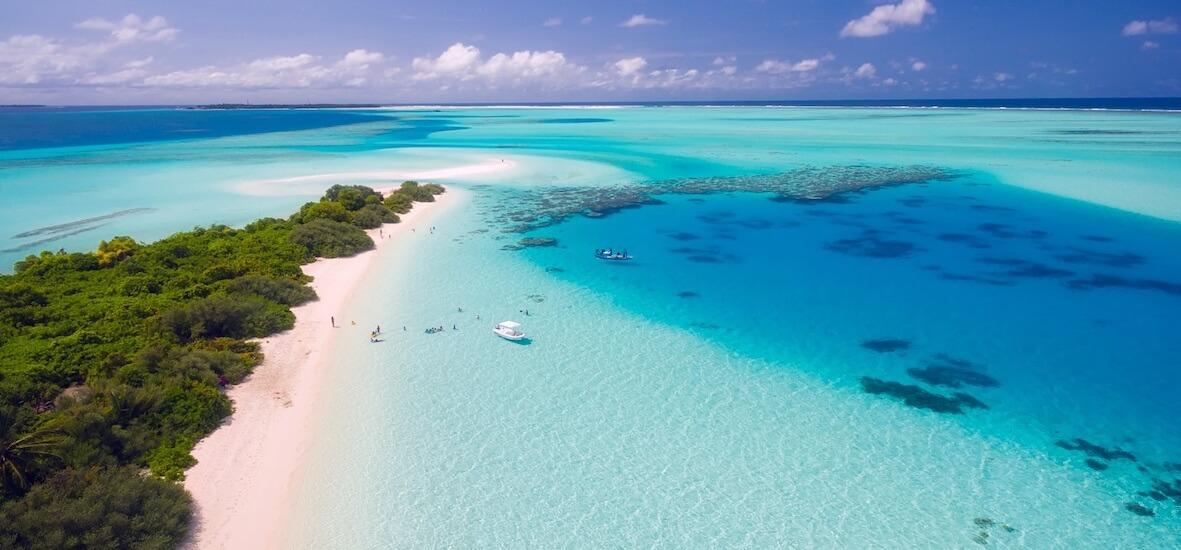 平らなモルディブの島